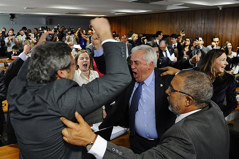 Senadores Lindbergh Farias (PT-RJ), Otto Alencar (PSD-BA), Paulo Paim (PT-RS) e Gleisi Hoffmann (PT-PR), após reforma ser rejeitada na CAS