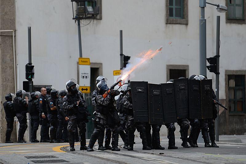 Policiais do Batalhão de Choque com seus escudos, capacetes, coletes em dia de votação e protesto na Alerj