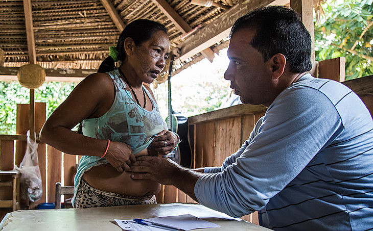 Na imagem, médico cubano do Mais Médicos atende em Tarauacá (AC); áreas indígenas foram priorizadas pelo programa