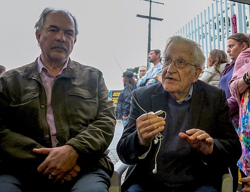 O intelectual Noam Chomsky e o ex-ministro Aloizio Mercadante visitaram o presidente Lula nesta quinta-feira