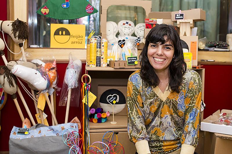 A artesã Francine Machado expõe o seu trabalho durante uma feira no Rio de Janeiro