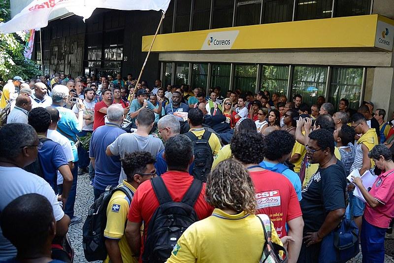 Funcionários dos Correios fazem manifestação em frente ao edifício-sede da empresa, na Avenida Presidente Vargas, centro do Rio de Janeiro