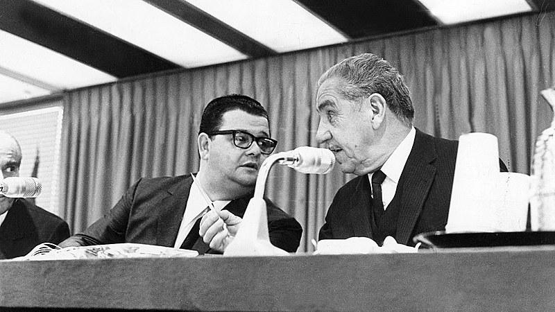 Ex-ministro Delfim Netto (esq.) conversa com o então presidente Costa e Silva (dir.)