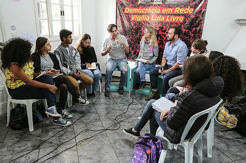 Juventude da Vigília Lula Livre, estudantes de jornalismo e pesquisadores debatem 'fake news'