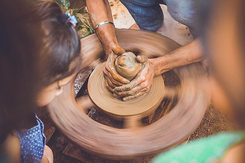 """A """"moringa"""" ou """"bilha"""" é um recipiente para guardar água de origem indígena e africana, feita a partir da modelagem do barro."""