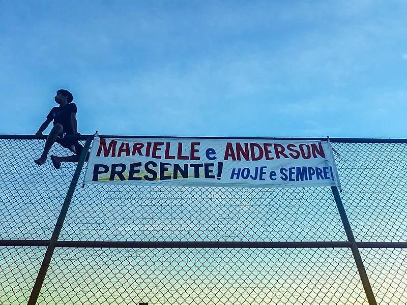 Faixa homenageia a memória de Marielle Franco no Complexo do Alemão (RJ)