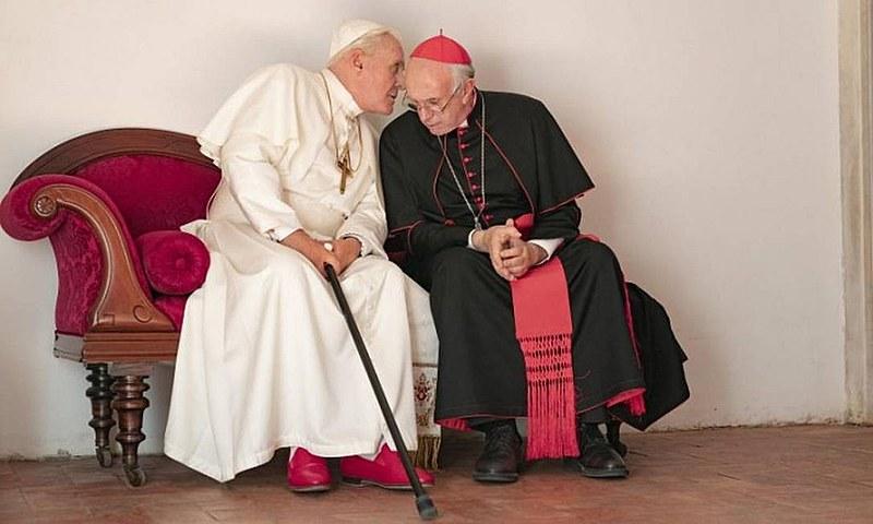 """Os atores Anthony Hopkins e Jonathan Pryce em cena do filme """"Dois Papas"""""""