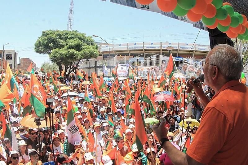 Carlos Mesa (dir.) subiu o tom nos últimos comícios contra o atual governo