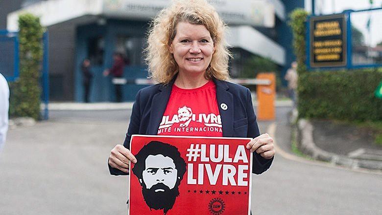 Representando o Sindicato dos Metalúrgicos dos EUA, Kristyne Peter trouxe mais de 700 cartões postais para Lula