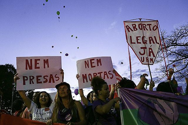 Mujeres brasileñas protestan por la despenalización del aborto en el marco de la discusión en el Supremo Tribunal Federal