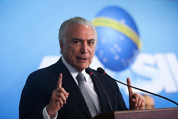 Michel Temer participa da cerimônia de anúncio da medida provisória do Programa de Manutenção e Geração de Empregos no Palácio do Planalto