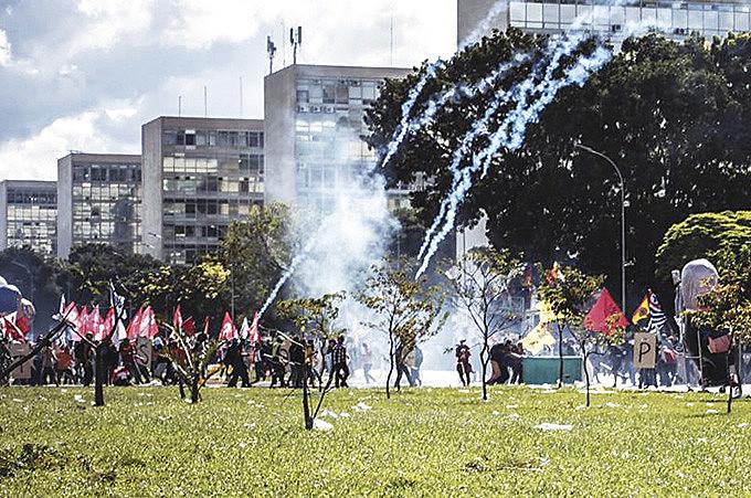 Trabalhadores enfrentaram bombas e balas de borracha para barrar a reforma do governo Temer