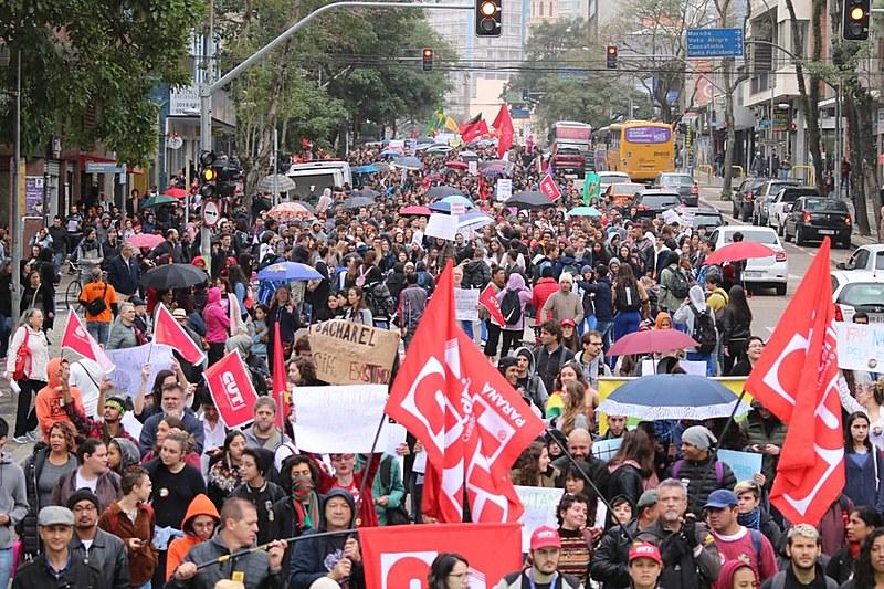 Protesto em defesa da educação com mais de 30 mil manifestantes em Curitiba