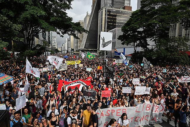 El último 15 de mayo, 250 mil manifestantes se reunieron en la Avenida Paulista, en São Paulo para protestas contra los recortes anunciados