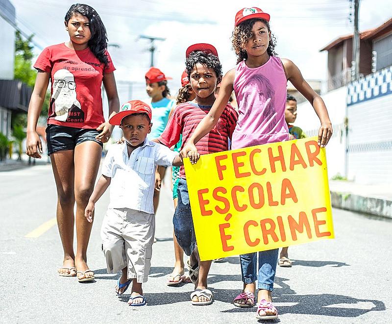 """O livro """"Os Sem Terrinha: uma história da luta social no Brasil"""" é fruto de uma dissertação de mestrado em História Social na Universidade Federal do Ceará"""