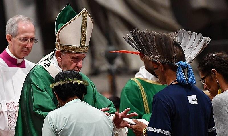 """Na missa de abertura do evento, na manhã deste domingo, o Papa Francisco criticou o fogo que """"devastou recentemente a Amazônia""""."""