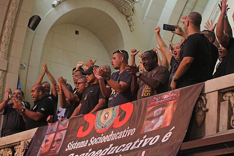 A votação somou 46 votos sim, apenas nove votos negativos e três abstenções; resultado foi recebido com entusiamos pelos agentes do Degase