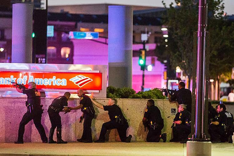 Policiais atuam em área onde cinco agentes foram mortos por atiradores durante manifestação em Dallas, no Texas