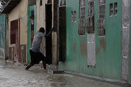 O capitalismo predatório tem botado ao Estado haitiano no desamparo, diferentemente do que acontece na Cuba, onde este tipo de fenômeno dificilmente causa a morte de pessoas