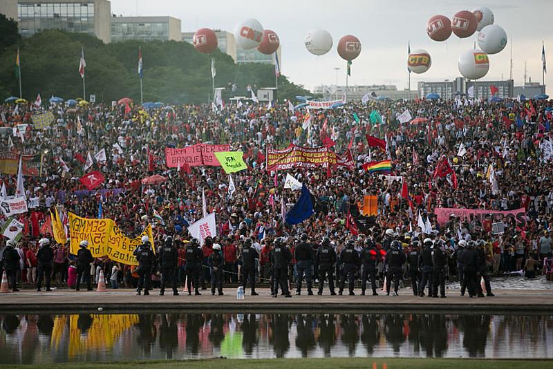 """""""Voltamos à época da ditadura, no qual o Parlamento é fechado ao povo"""", afirmou Vanessa Graziotin (PC do B-AM)"""