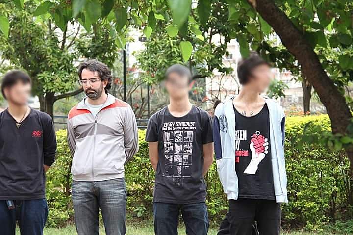 Balta enfileirado pela polícia ao lado dos 21 jovens presos; ele foi liberado pela PM em seguida