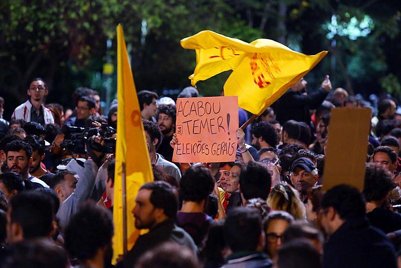 Manifestantes fecham as duas vias da avenida Paulista pedindo eleições já depois das divulgações de corrupção envolvendo o presidente