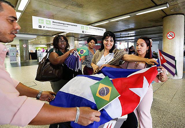 Más de 400 médicos de Cuba que trabajaban en São Paulo empezaron el regreso a su país el último sábado (24)