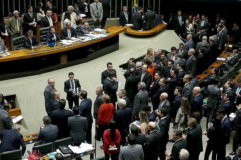 Plenário da Câmara dos Deputados durante sessão para votar a Desvinculação das Receitas da União até 2023 e reajustes salariais de servidores