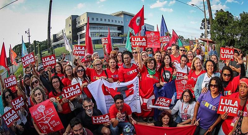 Militância da Vigília Lula Livre em frente a Superintendência da Polícia Federal no dia 6 de dezembro