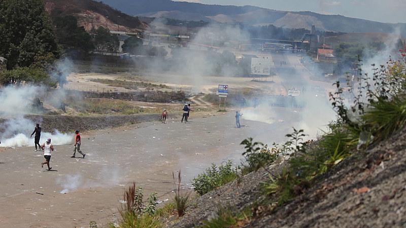 Bombas de gás foram lançadas pelo exército venezuelano após horas de protesto de opositores
