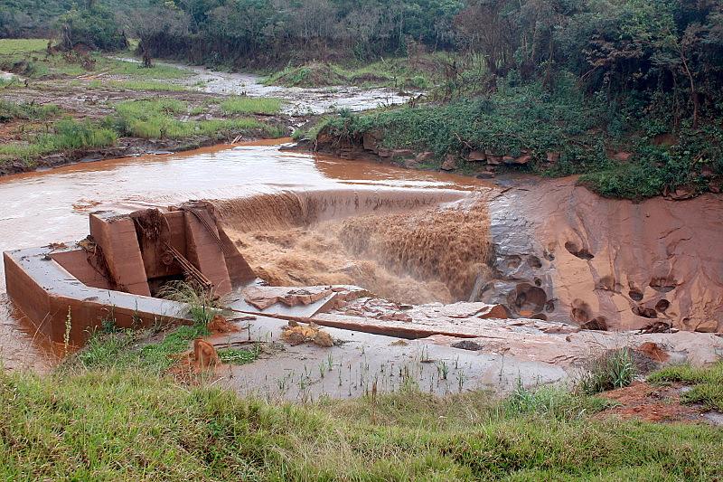Sucessão de falhas, modelo de construção e improvisações criou condições para a barragem romper