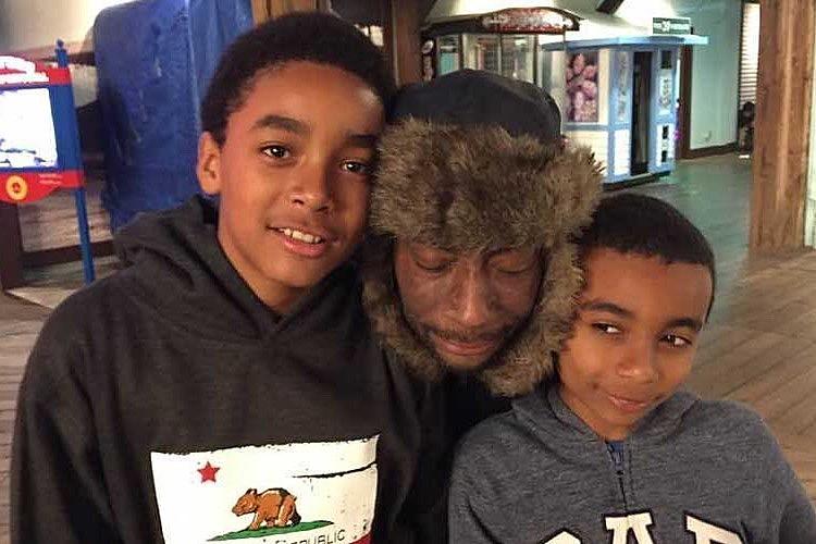 """Dewayne Johnson com seus filhos de 10 e 13 anos. """"Tenho encorajado-os a passar tempo com o pai"""", diz a mãe."""