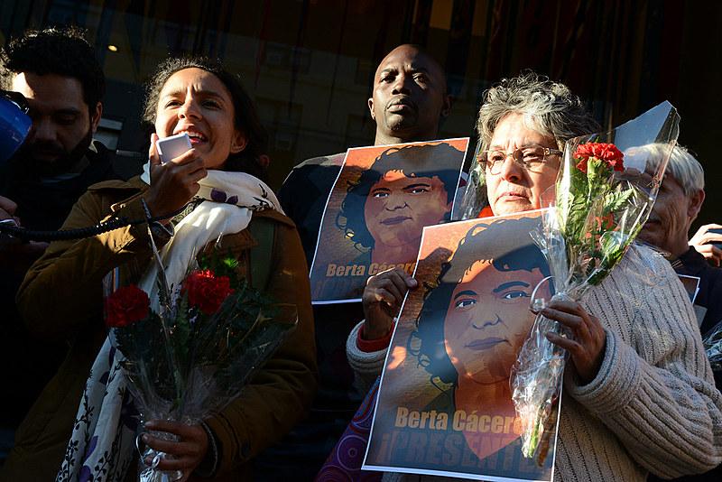 A filha de Berta Cáceres, Berta Zúñiga Cáceres, em uma vigília realizada na sede da OEA para exigir justiça no caso da líder assassinada