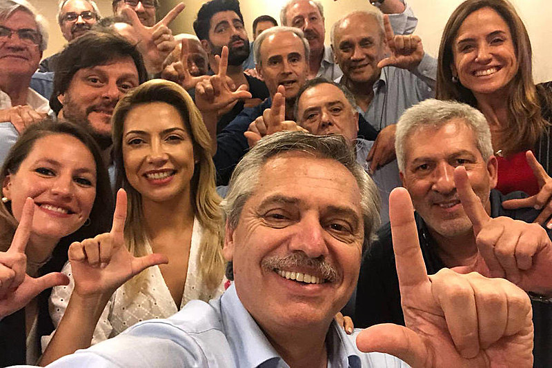 """Alberto Fernández, eleito presidente da Argentina, e sua equipe de campanha fazem o gesto pedindo """"Lula Livre"""""""