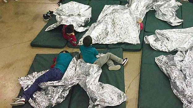Crianças são separadas dos pais e mantidas em situações precárias