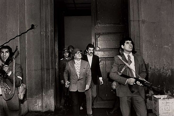 Na manhã do dia 11 de setembro, de 1973, Salvador Allende se defende no Palácio La Moneda, no Chile