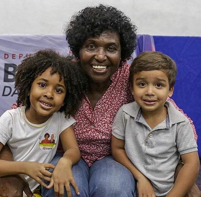 Benedita da Silva deputada federal (PT) junto a seus bisnetos