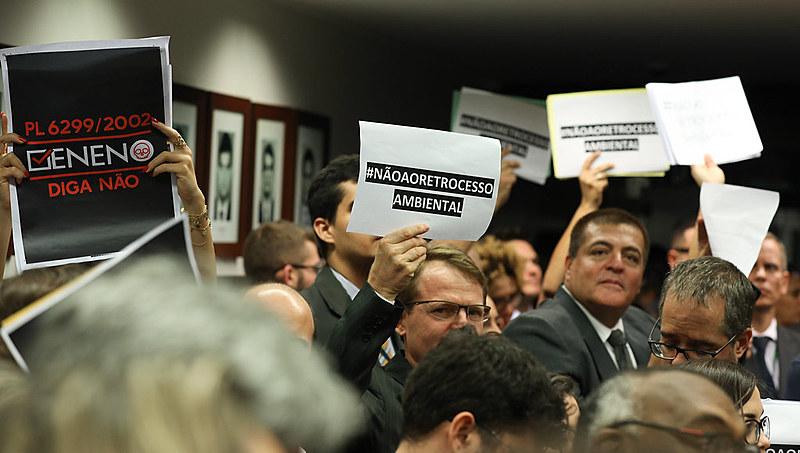Debate sobre PLS 6299/2002 ocorreu sob intensos protestos nesta quarta-feira (16) na Câmara Federal
