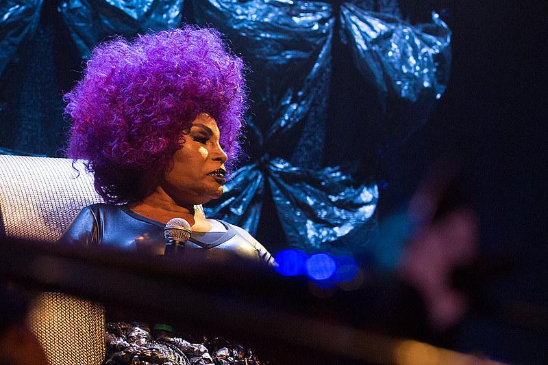 Cantora durante show A Mulher do Fim do Mundo