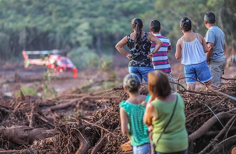 Moradores de Brumadinho observam o trabalho dos bombeiros durante as buscas por corpos