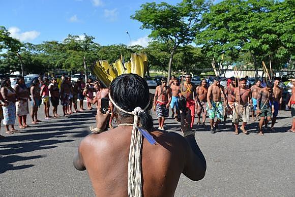 La Constitución Brasileña prevé que los pueblos indígenas tienen el derecho originario y el usufructo exclusivo sobre las tierras que tradicionalmente ocupan