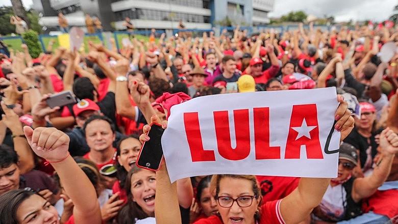 Cerca de 10 mil pessoas participaram do ato por Lula Livre em Curitiba (PR), onde Lula está preso a um ano.