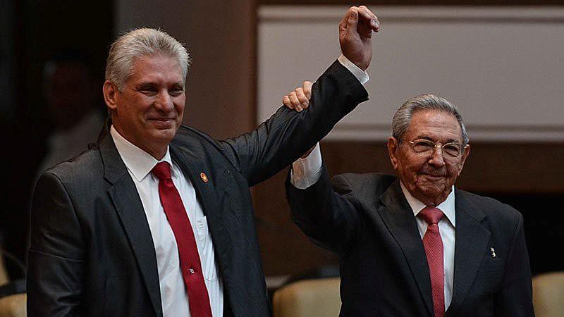 Díaz-Canel toma posse em Cuba, ao lado de Raúl Castro