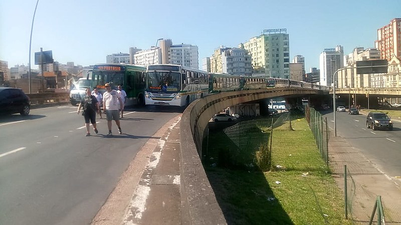 Protesto trancou corredores de ônibus nas principais vias da cidade