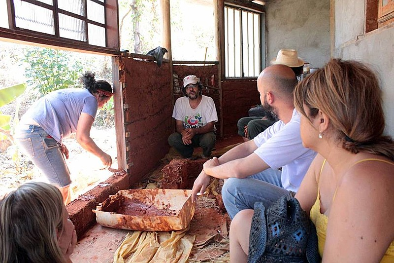 No sítio onde mora e dá aula de permacultura, o bioarquiteto Sérgio Pamplona dissemina práticas sustentáveis de construção