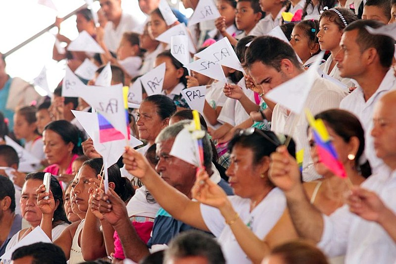 """Colombianos pedem """"paz"""" depois de anos de conflito entre as Farc e o governo"""