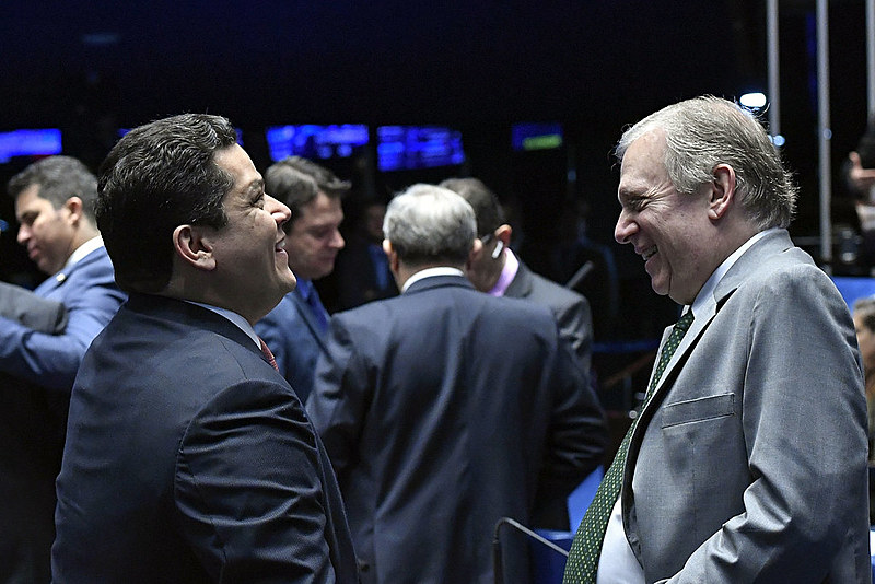Presidente do Senado, Davi Alcolumbre (DEM-AP), e Tasso Jereissati (PSDB-CE), autor do PL, durante sessão de votação nesta quinta (6)