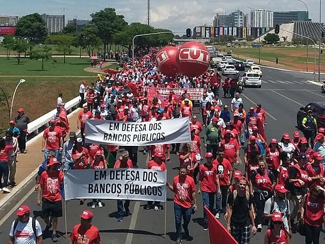 Manifestantes criticaron el desmantelamiento de los bancos públicos en Brasilia