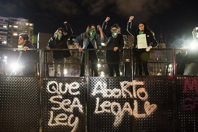 Mulheres argentinas ficaram mais de 24 horas em vigília pela aprovação.