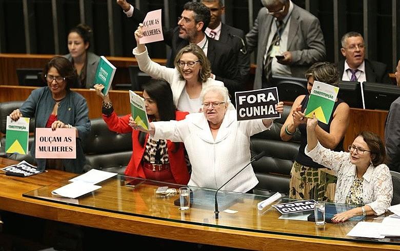 Durante sessão da Câmara Federal em 2016, mulheres protestam contra manobras de Eduardo Cunha (PMDB-RJ), então presidente da Casa